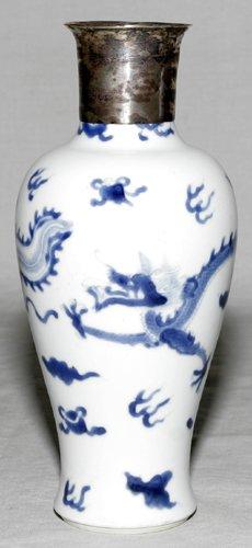 041018: CHINESE BLUE & WHITE WARE PORCELAIN VASE