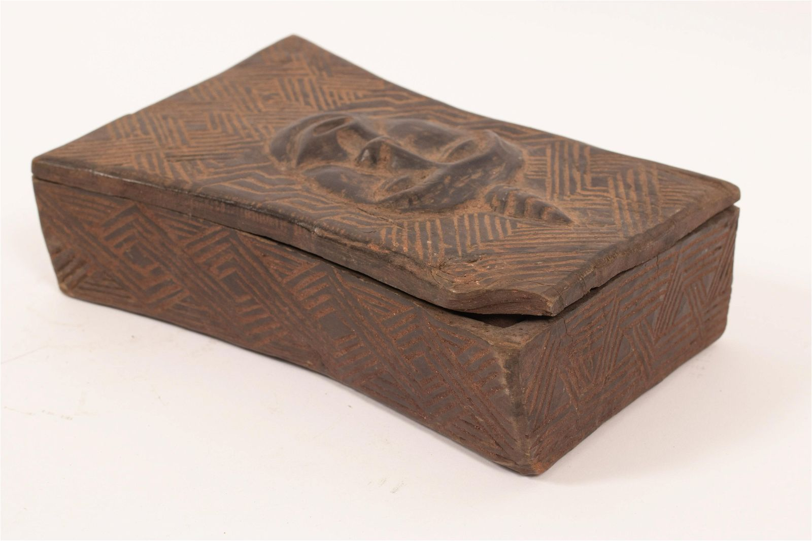 AFRICAN ZULU CARVED WOOD TOBACCO BOX, LOOSE LID, 1830