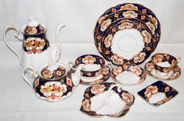 041024: ROYAL ALBERT 'HEIRLOOM PORCELAIN DINNER SERVICE