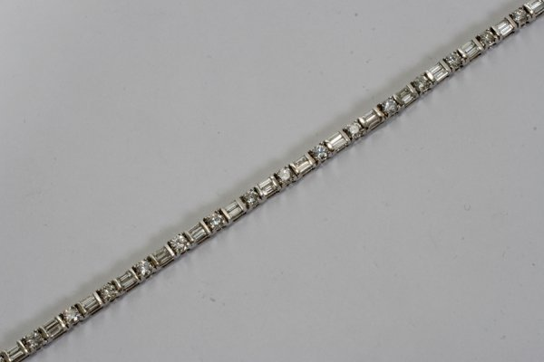 050006: 14KT WHITE GOLD AND DIAMOND BRACELET