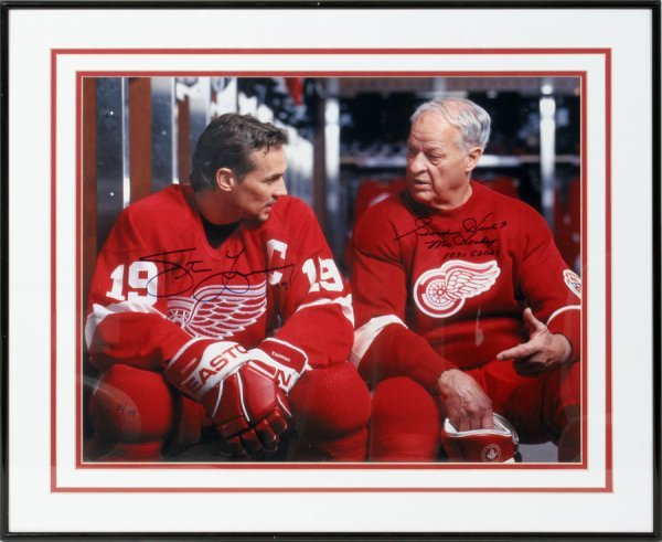 050258: GORDIE HOWE AND STEVE YZERMAN AUTOGRAPHED PHOTO