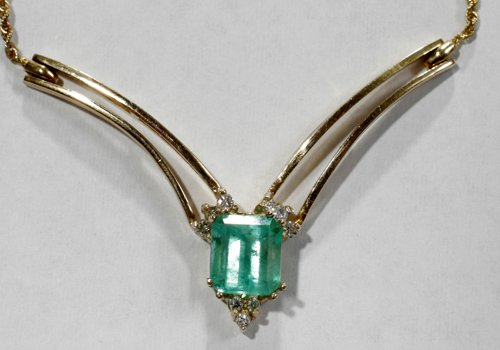 050020: GOLD, 0.27 CT DIAMOND & EMERALD NECKLACE