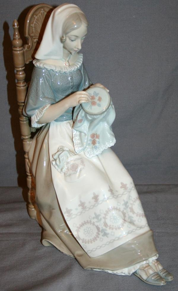080269: LLADRO PORCELAIN FIGURE OF A WOMAN SEWING,
