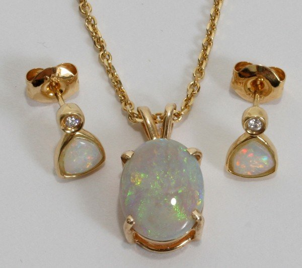 090009: 4.00 CT. AUSTRALIAN OPAL PENDANT & EARRINGS