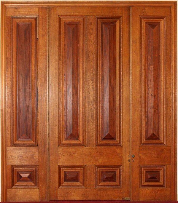 "120015: CARVED OAK DOOR & SURROUND, H 10' 4"", L 11' 5"""