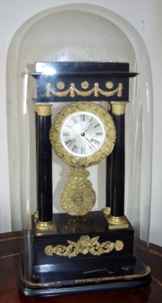 060078: FRENCH EBONY MANTLE CLOCK W/ GLASS DOME