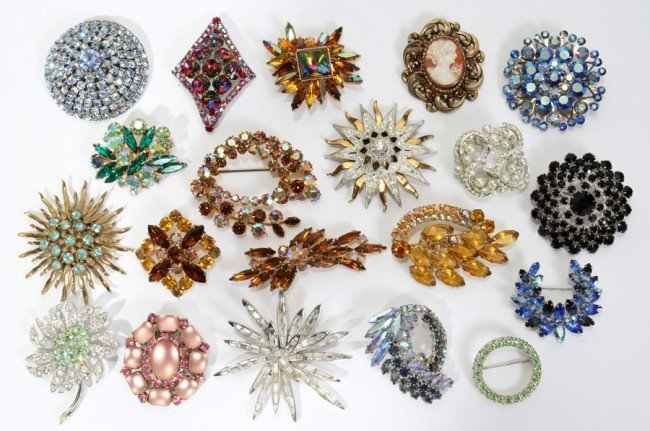 031577: COSTUME JEWELRY: COLL OF BROOCHES, TWENTY
