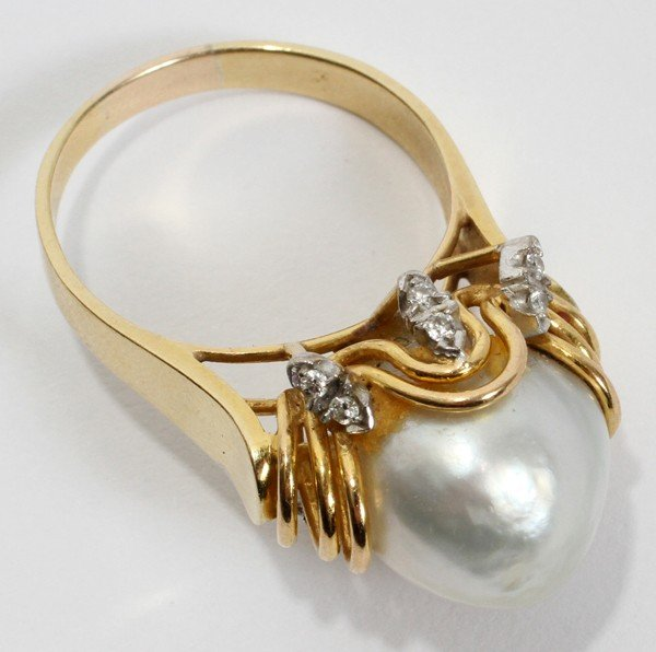 050180: 18 KT Y/GOLD RING W/SOUTH SEA PEARL & DIAMONDS