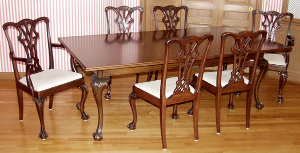 071021: CHIPPENDALE STYLE MAHOGANY TABLE & CHAIRS