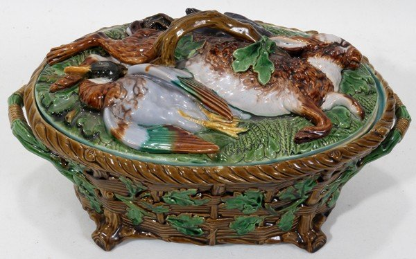 071013: MINTON MAJOLICA COVERED GAME PIE DISH W/LINER