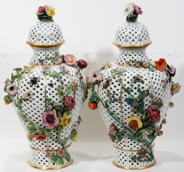 081008: MEISSEN RETICULATED PORCELAIN COVERED URNS,