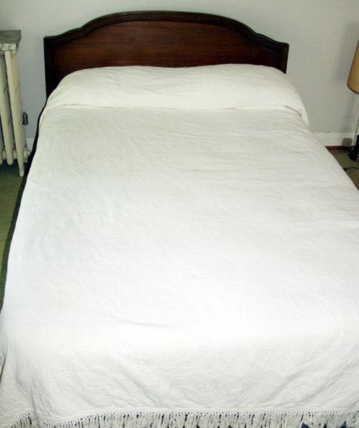 080020: AMERICAN  MAHOGANY BED & DRESSER