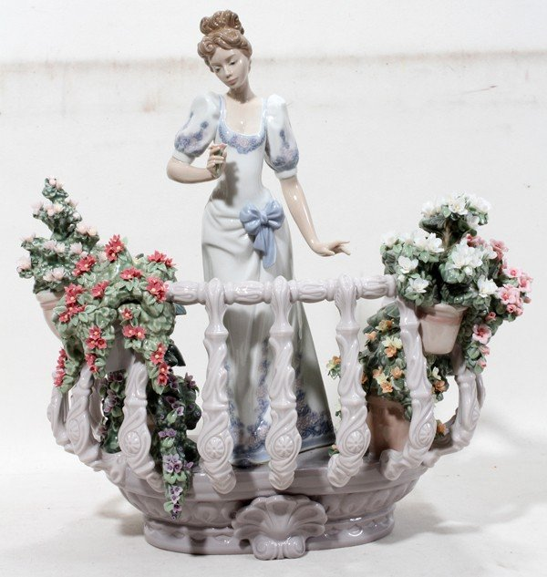 110074: LLADRO PORCELAIN FIGURINE, 'FAR AWAY THOUGHTS'