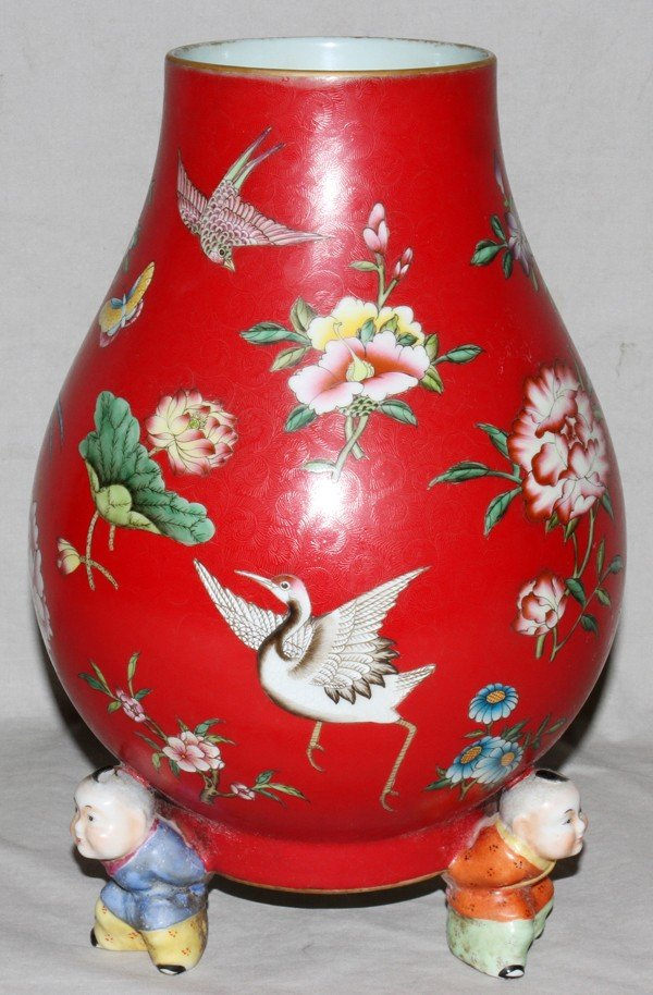 010009: MODERN CHINESE PORCELAIN FOOTED VASE