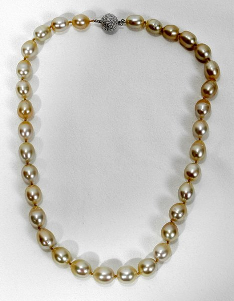090020: SOUTH SEA PEARL NECKLACE, GOLD & DIAMOND CLASP