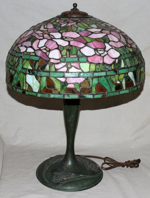 "040009: TIFFANY STYLE FLORAL & LEAF LAMP   24"""