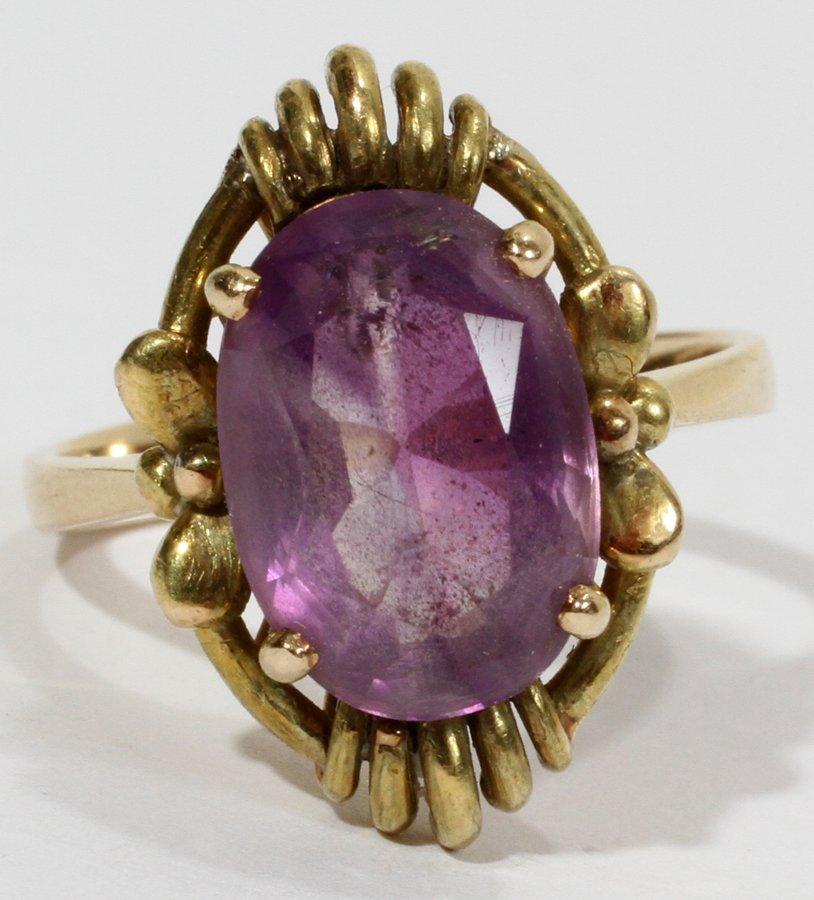 050157: GOLD AND AMETHYST RING