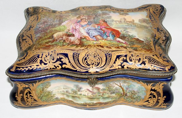 100010: PORCELAIN OF PARIS, HINGED JEWELRY BOX