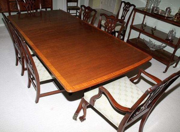 071020: FEDERAL STYLE MAHOGANY DINING TABLE & SET OF CH