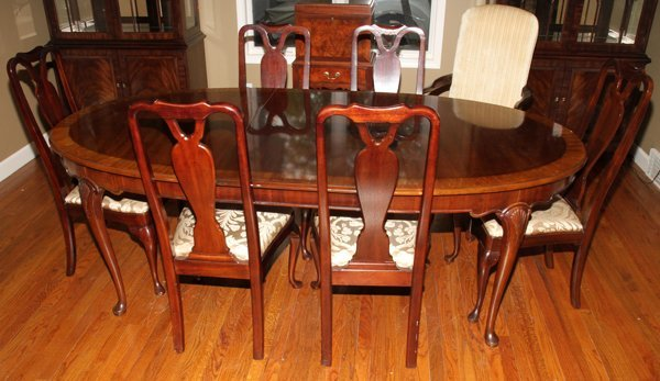 HENREDON QUEEN ANNE STYLE MAHOGANY DINING TABLE