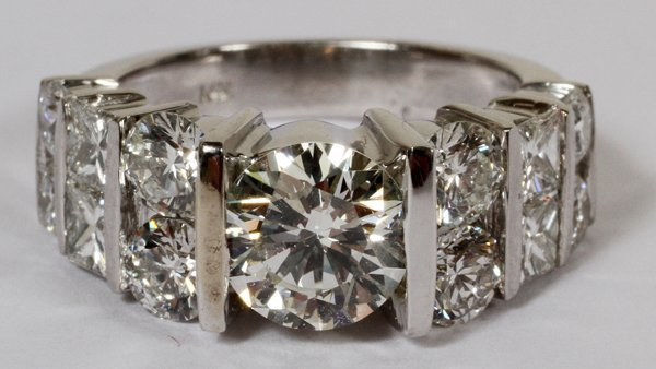 010021: 1.52CT DIAMOND RING WITH 2.60CT SIDE DIAMONDS