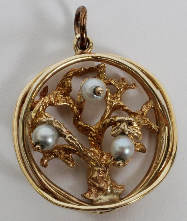 14 KT YELLOW GOLD PENDANT W/ 3 SMALL PEARLS