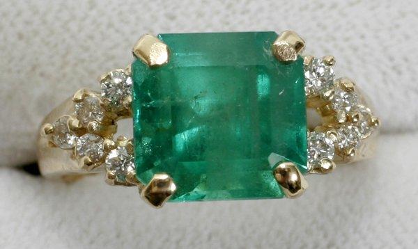 110014: COLOMBIAN EMERALD, DIAMOND & YELLOW GOLD RING