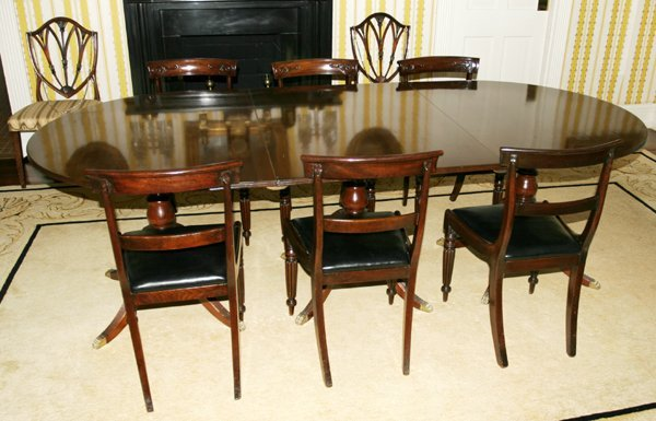 021006: FEDERAL STYLE MAHOGANY EXTENSION DINING TABLE