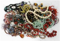 040563 GROUPING OF COSTUME JEWELRY NECKLACES 34 PCS