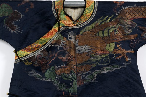 CHINESE EMBROIDERED SILK ROBE EARLY 20TH C. - 2