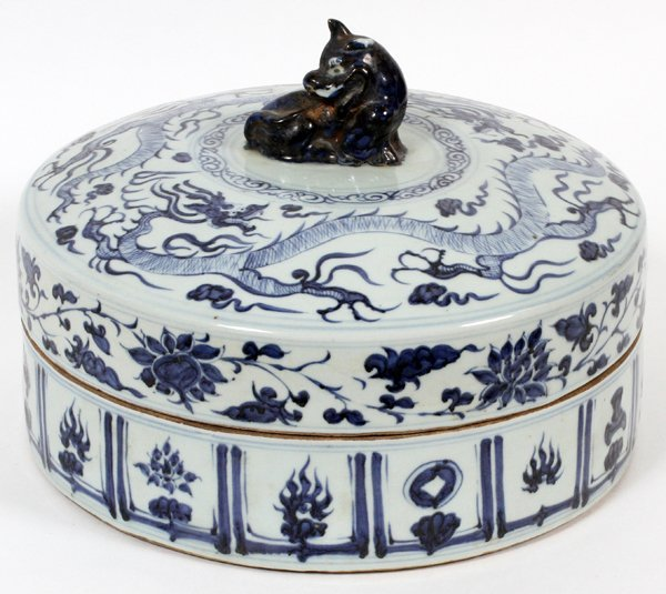 CHINESE ROUND BLUE AND WHITE COVERED PORCELAIN DISH