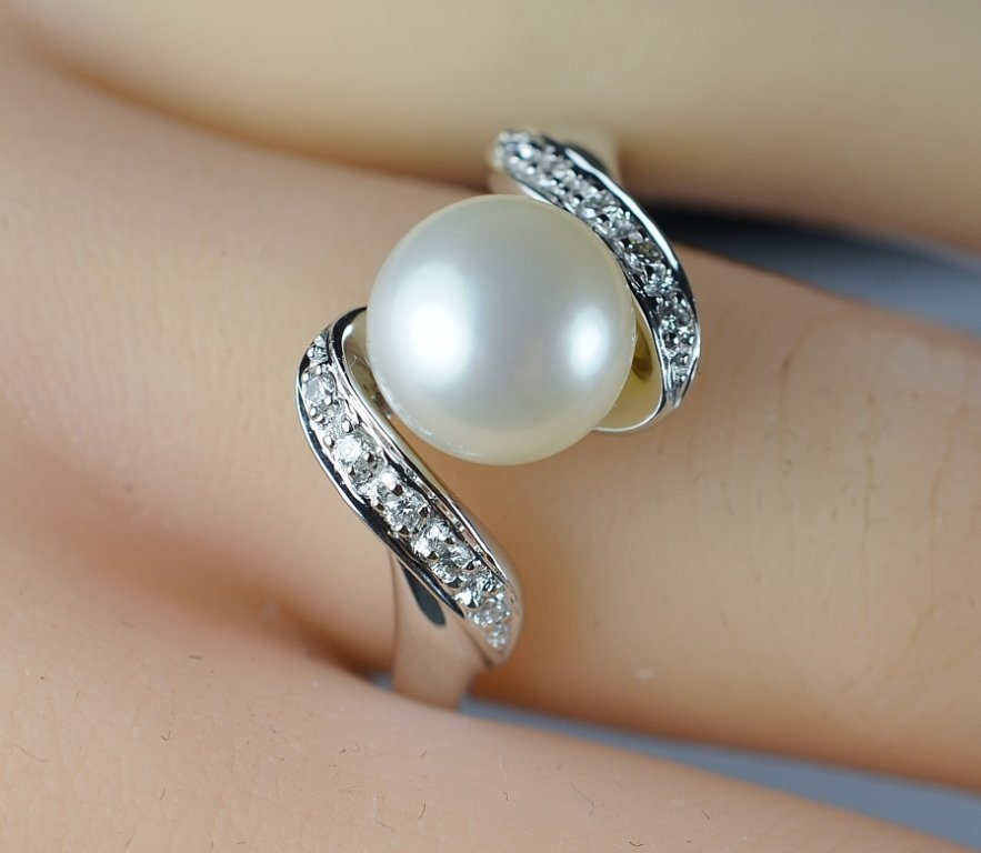 14K White Gold Elegant Diamond Cocktail Ring With Pearl