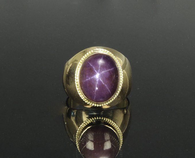An 18K Gold and Natural Star Ruby Ring