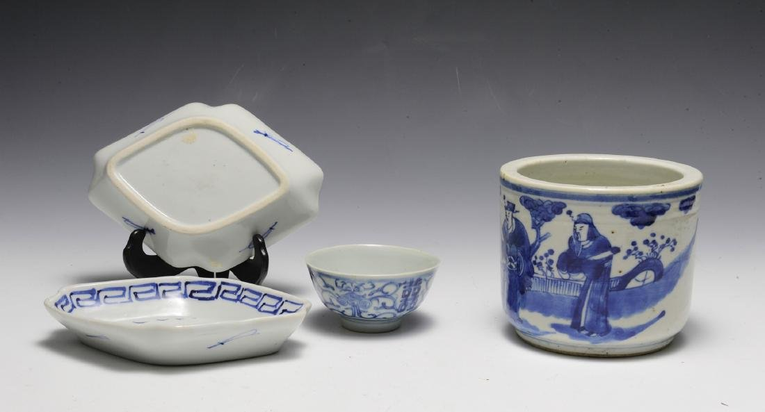 Group of 4 Chinese Small Blue & White Porcelains 19th C - 2