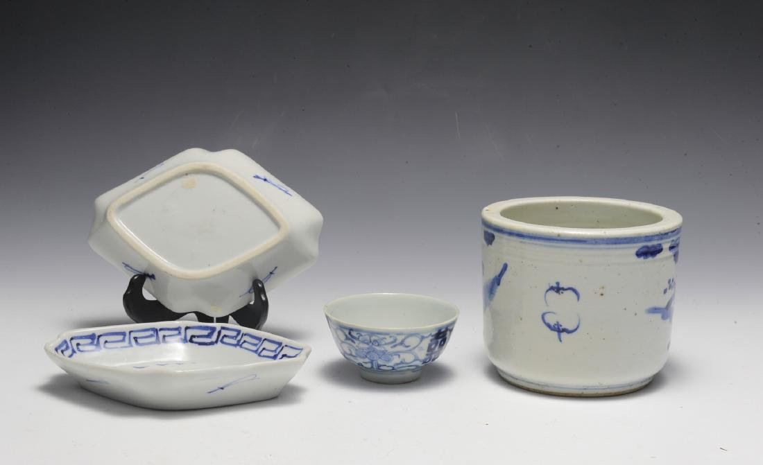 Group of 4 Chinese Small Blue & White Porcelains 19th C - 3