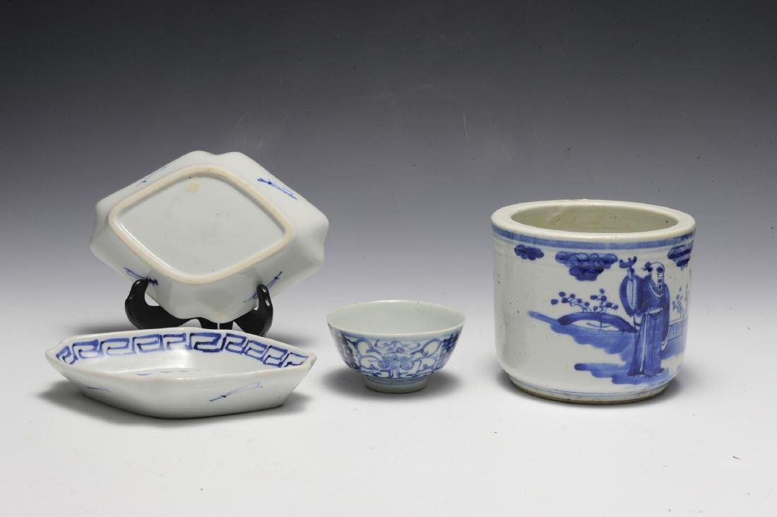 Group of 4 Chinese Small Blue & White Porcelains 19th C - 4