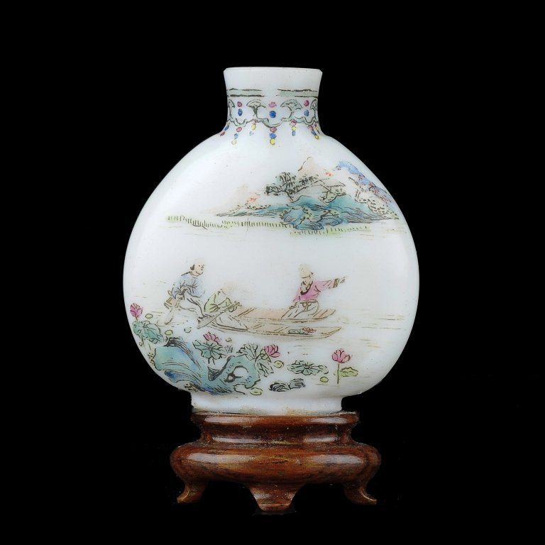An enamelled glass snuff bottle	 19th century