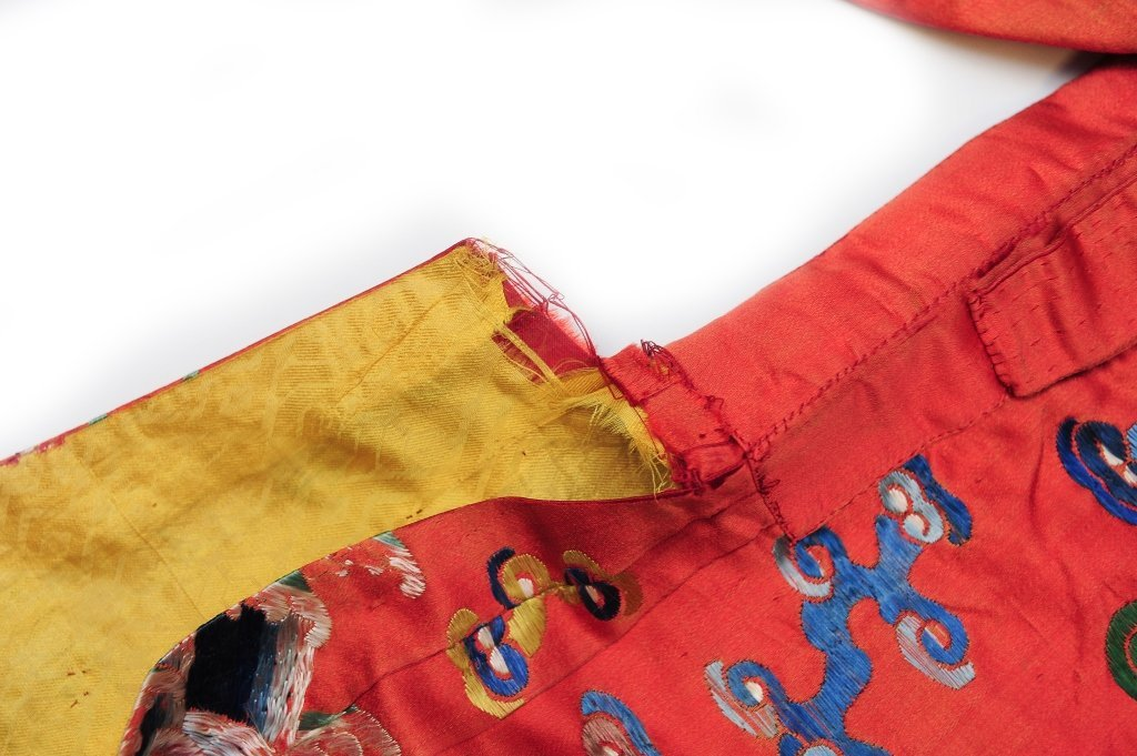 Small Red Ground Silk Dragon Robe, 19th Century - 4