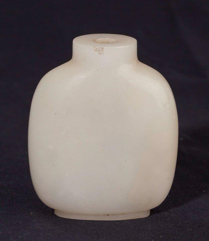 A White Jade Snuff Bottle, 19th Century - 3