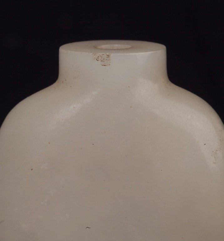 A White Jade Snuff Bottle, 19th Century - 4