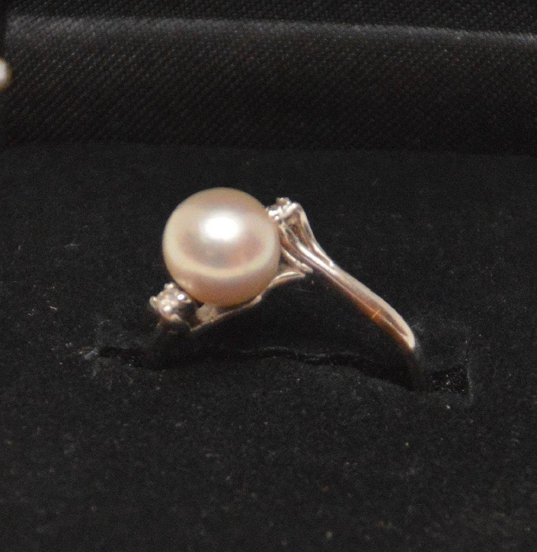 Pearl ring with 2 diamonds, 18kt white gold