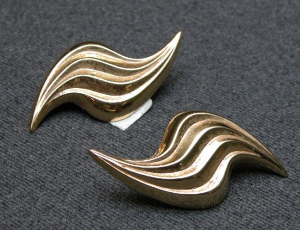 521: 2 ribbed pairs of clip earrings, 14K