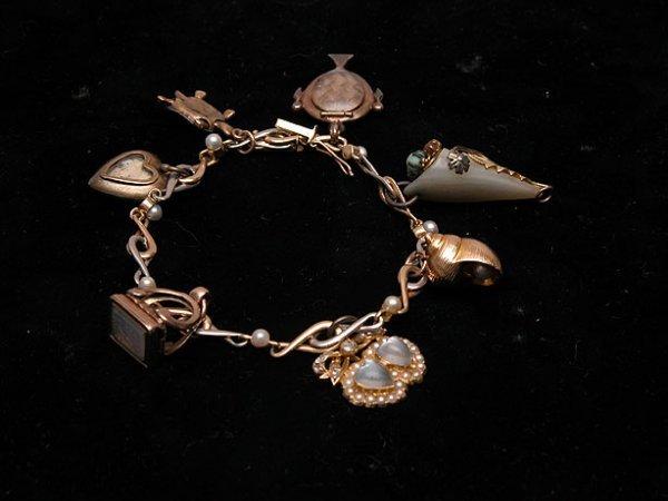 589: Vintage charm bracelet, 15k alternating yellow and