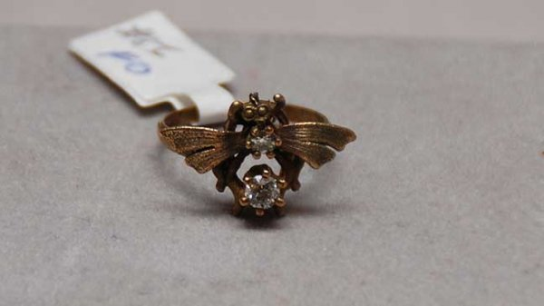 1022: Fly ring set with two old cut diamonds, 2.5 and 3