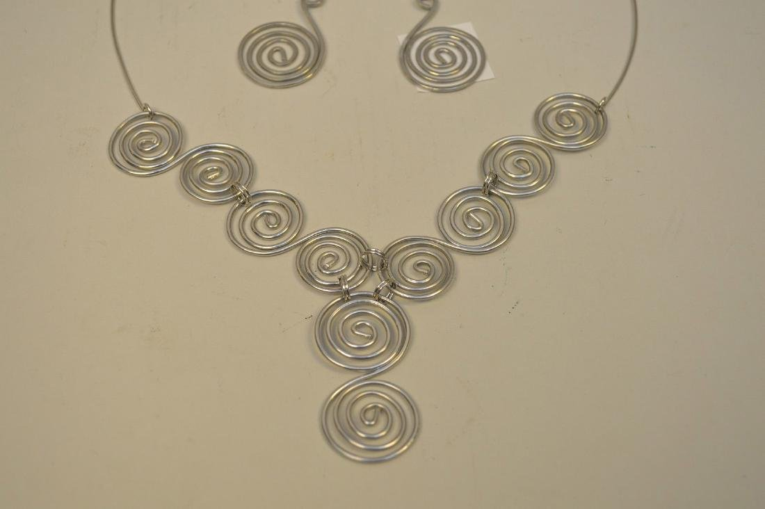 pendant necklace with earrings attr: Calder - 3