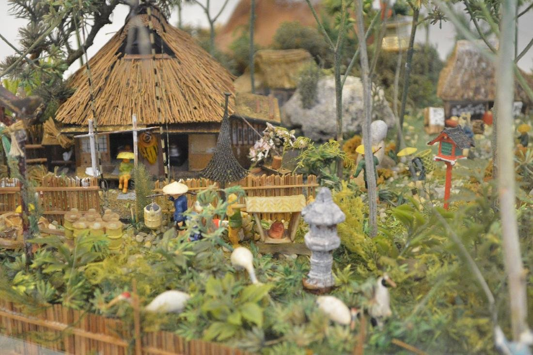 VINTAGE JAPANESE DIORAMA - Detailed diorama is housed - 3