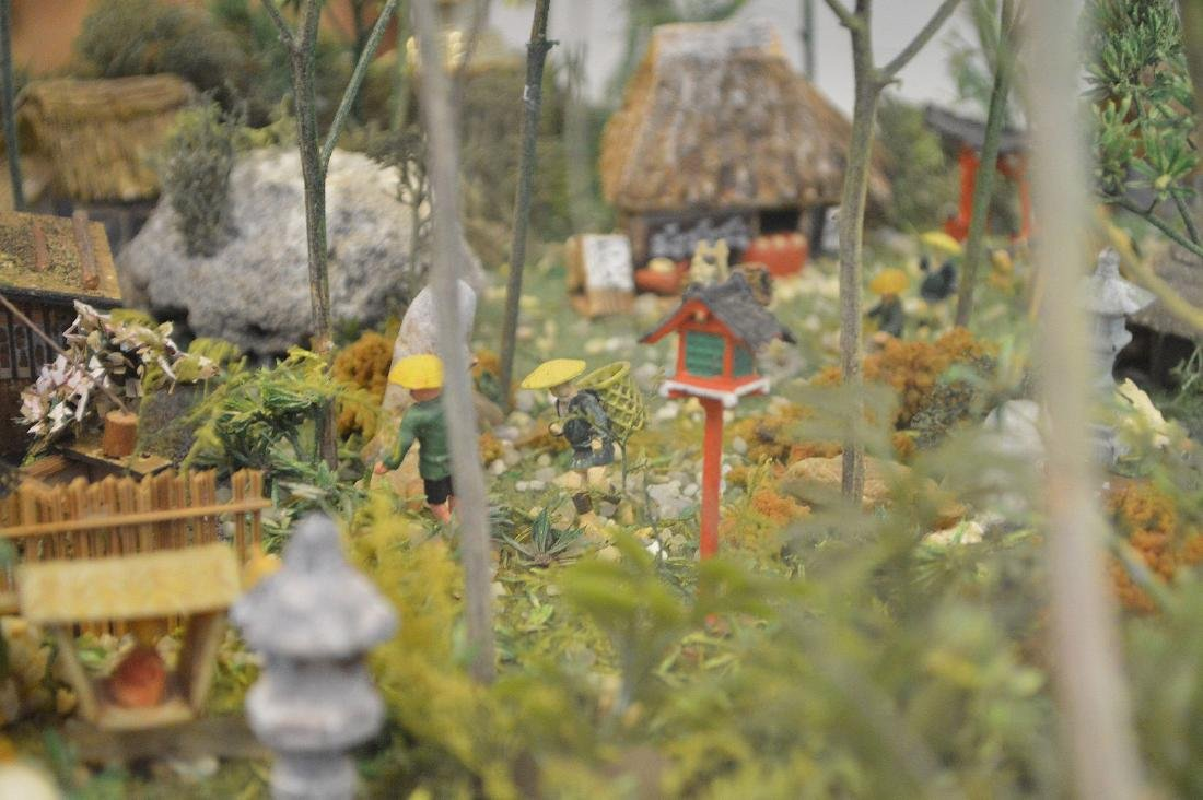VINTAGE JAPANESE DIORAMA - Detailed diorama is housed - 4