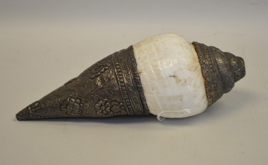 EARLY TIBETAN RITUAL SHELL HORN WITH SILVER OVERLAY. - 3