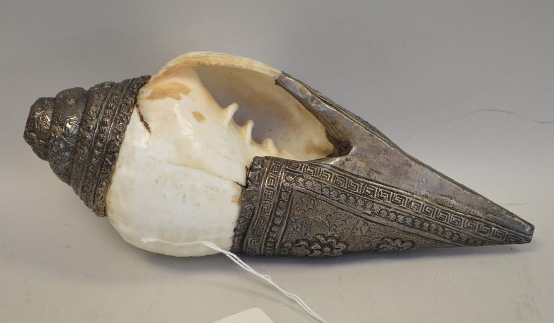 EARLY TIBETAN RITUAL SHELL HORN WITH SILVER OVERLAY. - 4