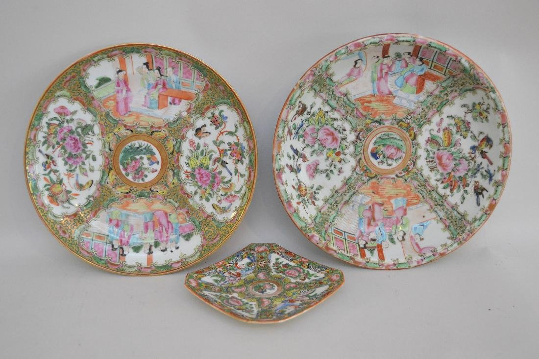THREE CHINESE ROSE MEDALLION PORCELAIN ARTICLES -